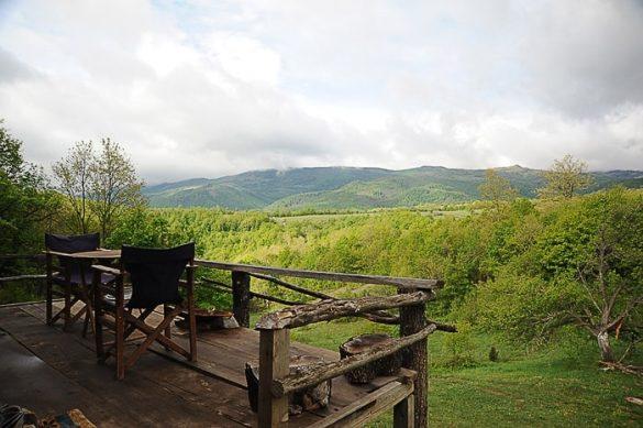 lesena terasa med zelenimi hribi