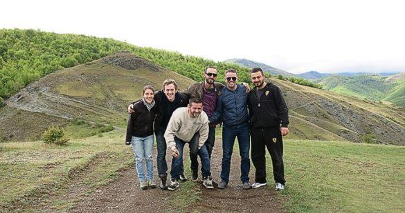 skupina mladih na blatni cesti sredi kosovskih hribov