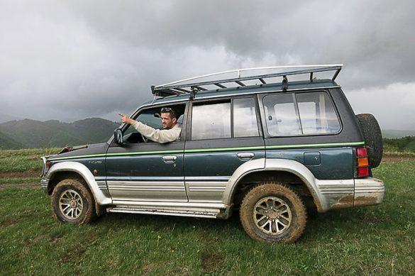 moški v zelenem Mitshubishi Pajero