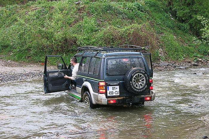 zelen Pajero v reki