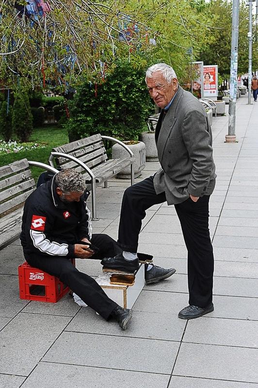 starejši moški si je dal na ulici očistiti čevlje