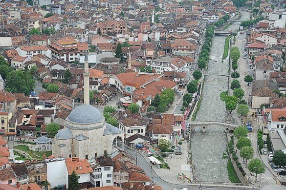 pogled na mesto prizren z veliko mošejo v ospredju in reko na desni