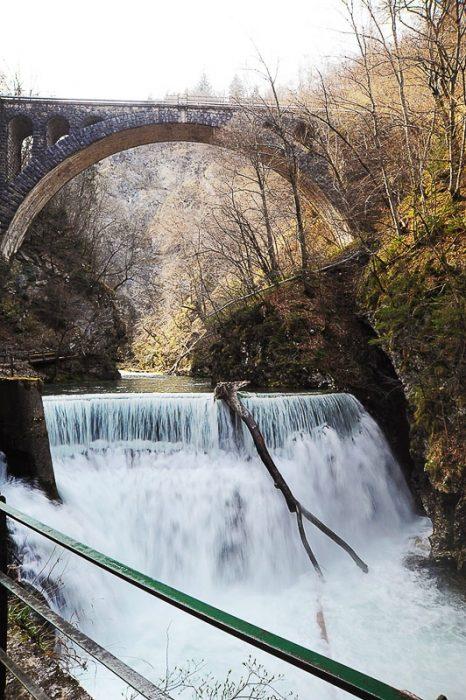 slap na koncu beljskega vintgarja teče pod mostom