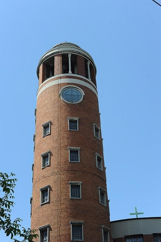 okrogel opečnat zvonik plečnikove cerkvije v Beogradu