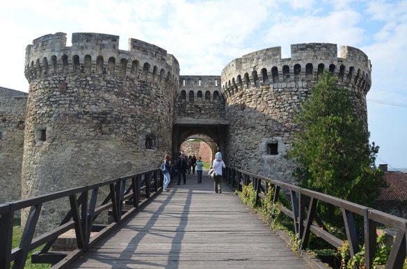 vhod v mogočno trdnjavo z dvema okroglima stolpoma. Kalemegdan