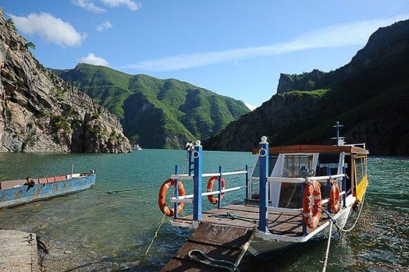 Trajekt na jezeru Komani