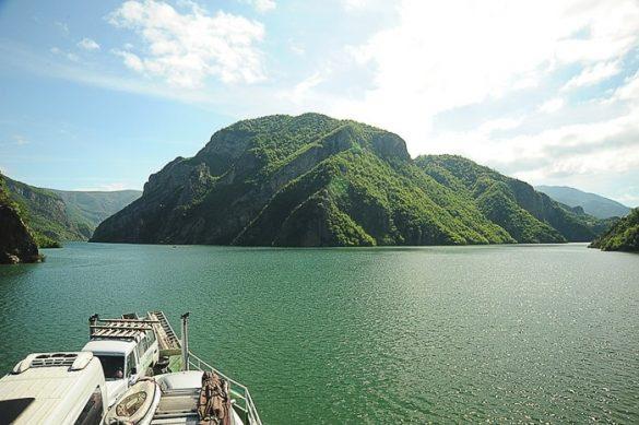 Jezero Komani in polno naložen trajekt