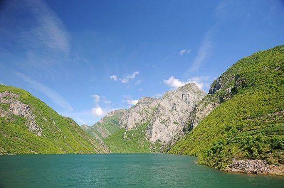 jezero med gorami