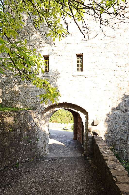 vhod skozi obzidje