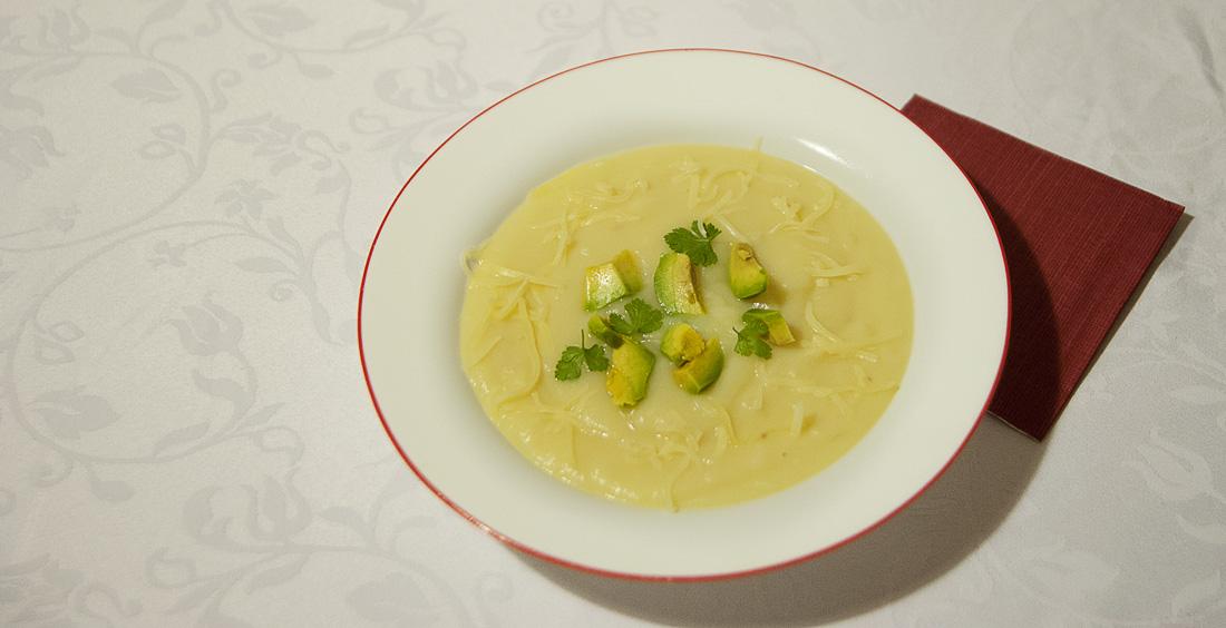 krožnik s krompirjevo juho iz ekvadorja, locro de papas