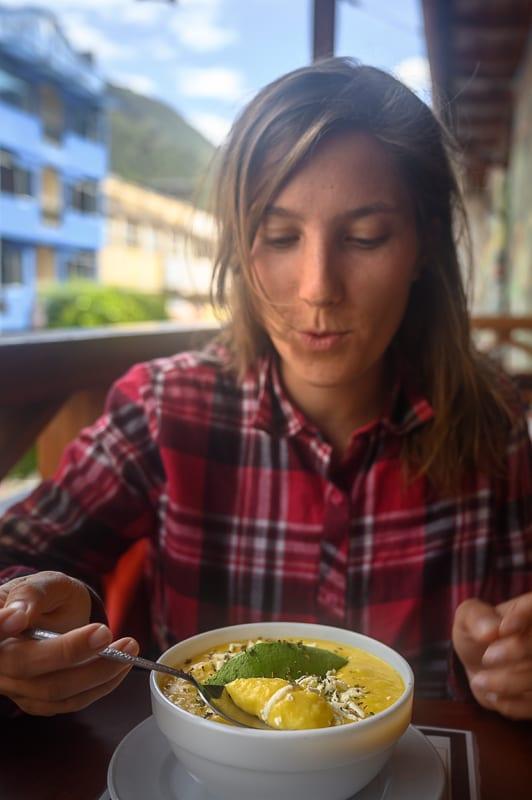ženska je krompirjevo juho locro de papas