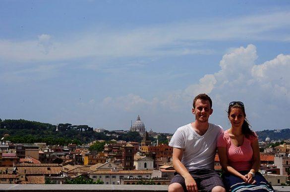 moški in ženska na razgledni točki nad Rimom