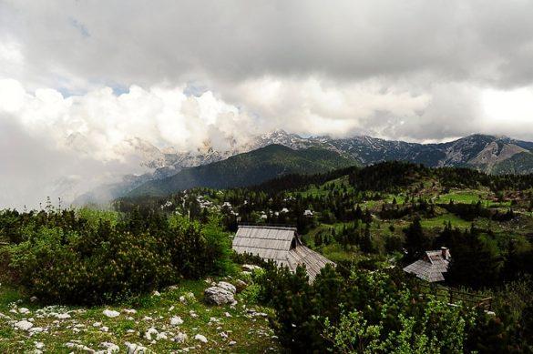 velika planina in kamniške alpe skrite v oblakih