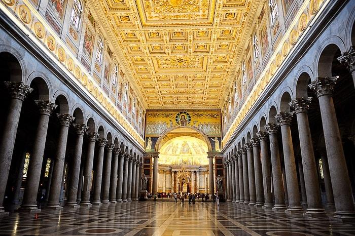 glavna ladja cerkve sv. Pavla z zlatim stropom in stebrišči na obeh straneh