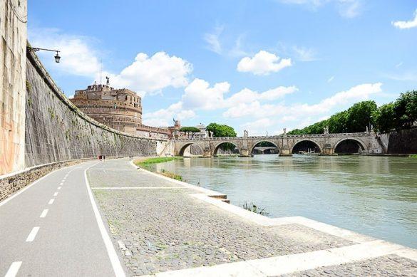 Pogled na Tiberi in Castel Sant'Angelo (Angelski grad v Rimu)