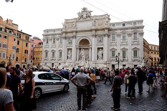 množica turistov pred Fontana di Trevi