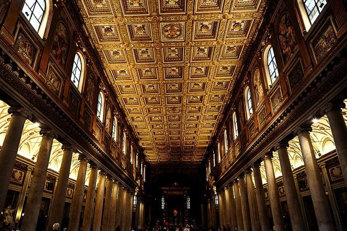 temna notranjost cerkve Marije Velike v Rimu