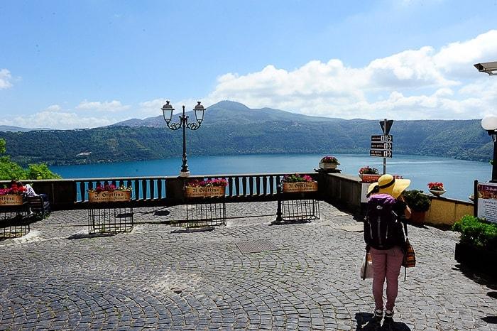 ženska turistka s slamnikom na razgledni točki nad Lago Albano blizu Rima