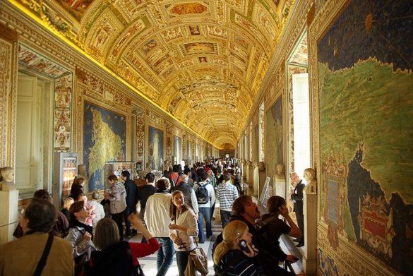 množica turistov v Vatikanskih muzejih