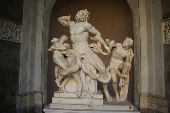 rimski kip moškega, ki se tepe s kačami