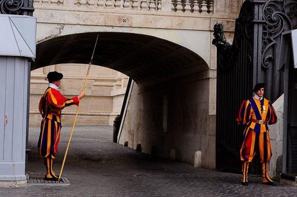 švicarska garda so vojaki oblečeni v pisana oblačila in stražijo Vatikan