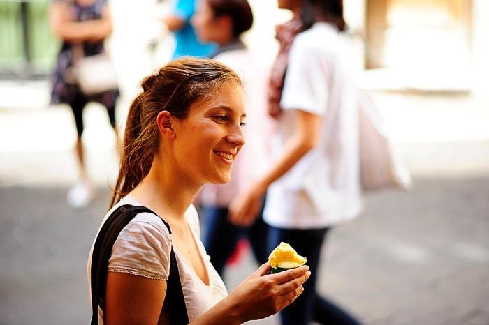 ženska s sladoledom v rokah