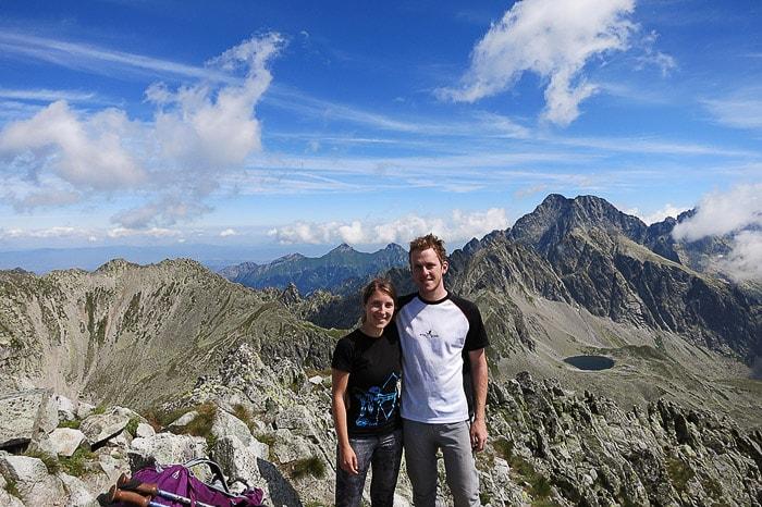 ženska in moški na vrhu gore v Visokih Tatrah