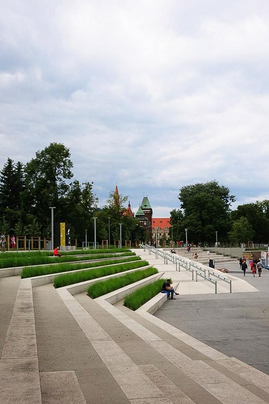 betonske stopnice, ki vodijo do reke Odre v Wrocławu