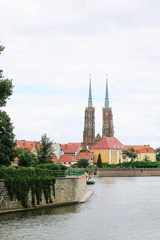 pogled na reko ter cerkev na otoku sredi reke