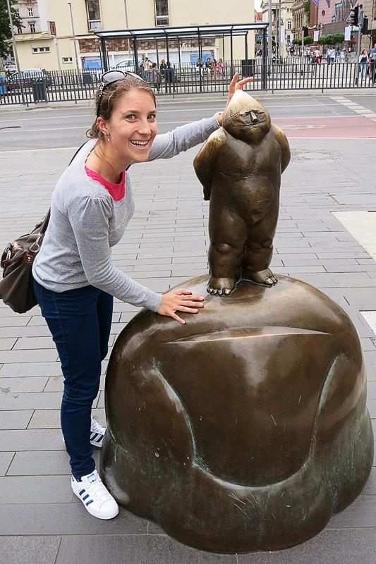 ženska ob kipu palčka v Vroclavu