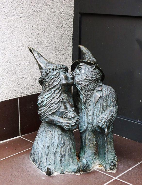 skulptura palčkov, ki se poljubljata