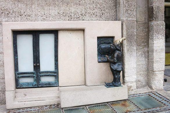 skulptura palčka na bankomatu