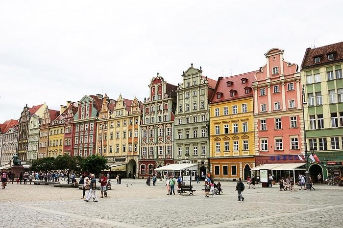 pisane srednjeveške stavke, stisnjene ena ob drugo. Rynek v Wroclawu
