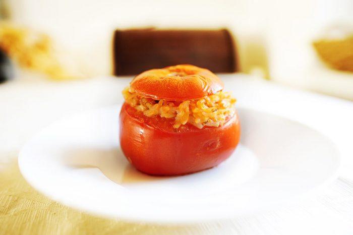 pečen in z rižem polnjen paradižnik na krožniku