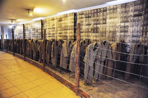 zaporniške obleke postavljene na lutke, Auschwitz