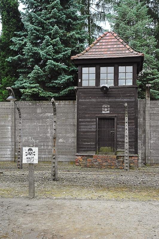 lesen opazovalni stolp, pred njim napis Stop - Halt