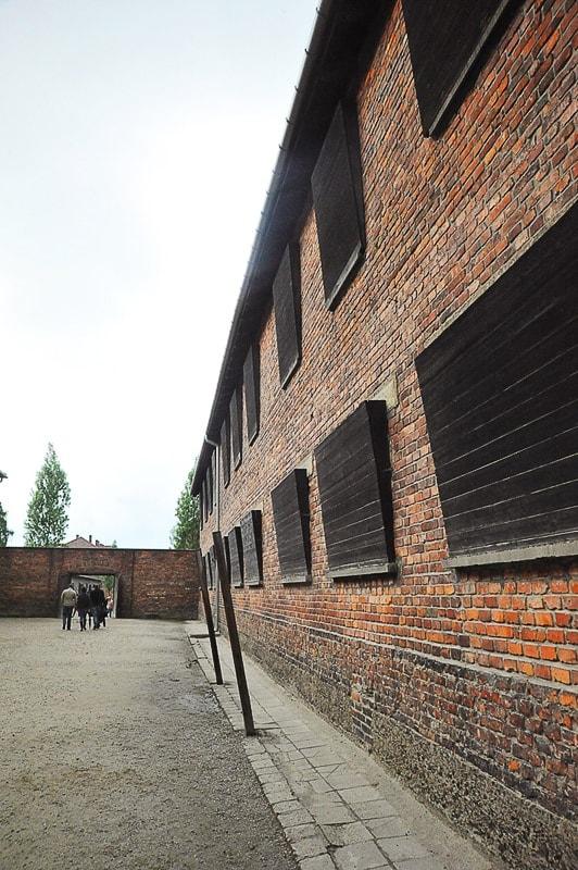 opečnata stavba z lesenimi ploščami čez okna