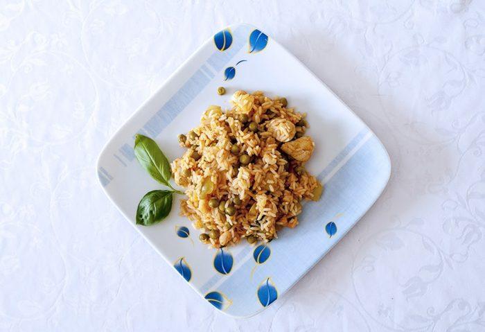 paella, rižota z mesom, rakci in zelenjavo na krožniku