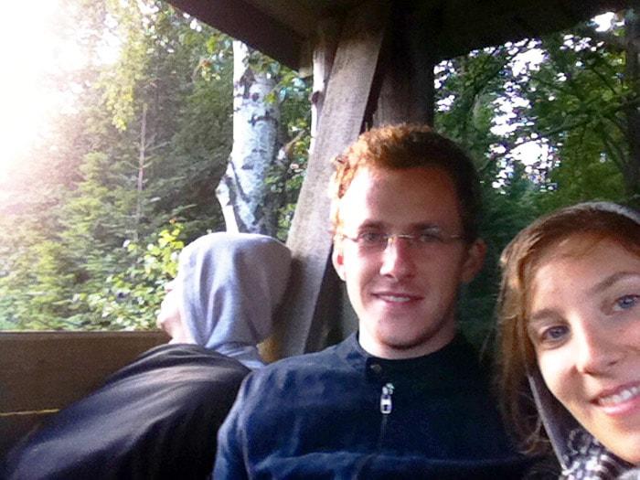 selfie zaspanih ljudi v gozdu