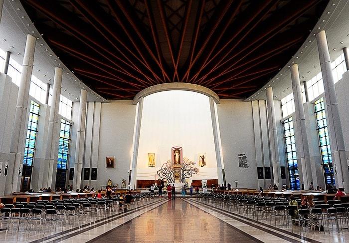 prostorna bela cerkev z lesenim stropom. Moderna cerkev