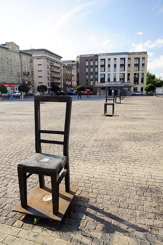 kovinski stol na trgu v Krakovu