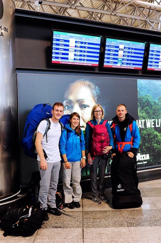 skupina popotnikov na letališču Milano Malpensa