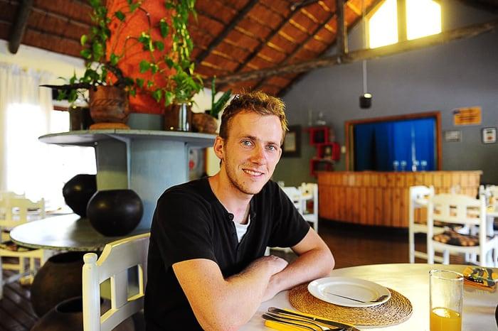 moški za mizo v restavraciji edlandleni, svazi