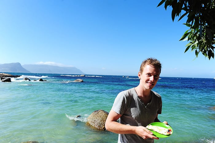 moški na plaži v Cape Townu