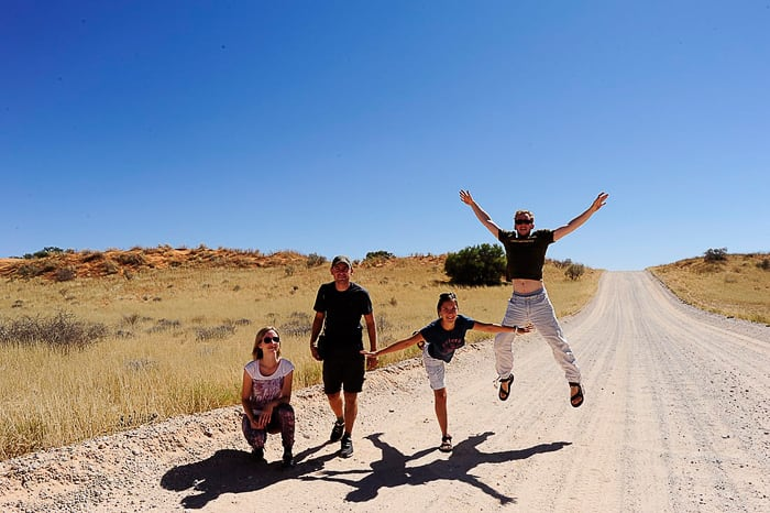 skupina mladih v Kalahari