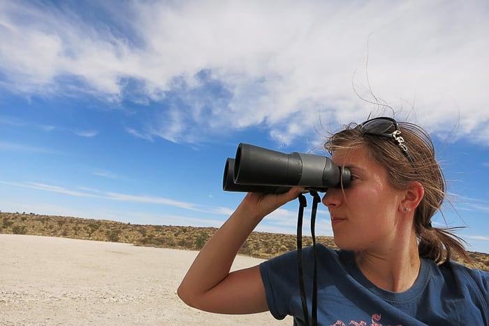 ženska z daljnogledom, safari park Kgalagadi