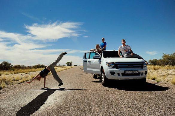 skupina ljudi ob avtomobilu Ford Ranger na cesti v Južni Afriki