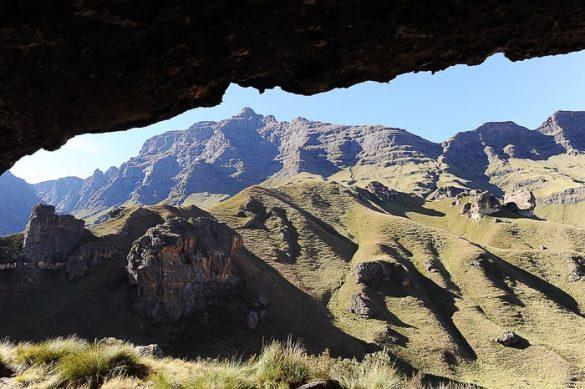 pogled iz jame Pilar cave proti gori Rhino Horn Peak