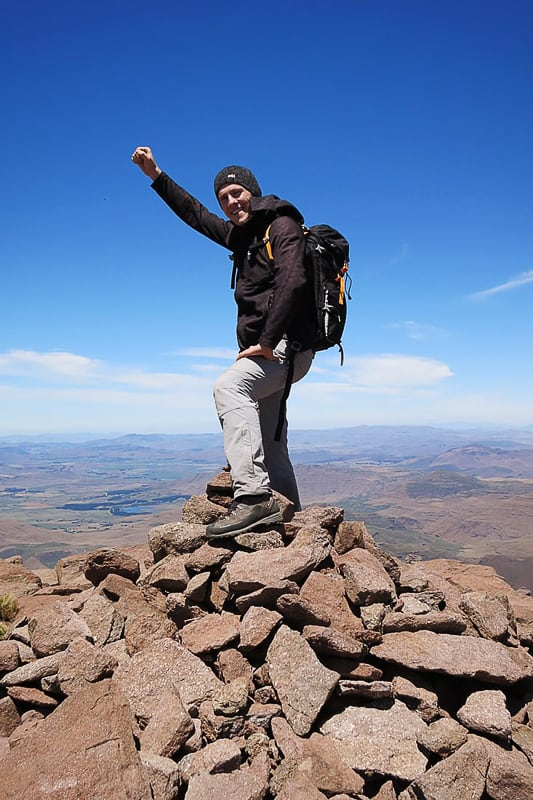 moški na vrhu gore Rhino Horn Peak