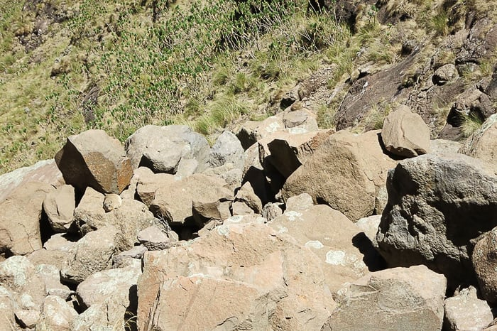 kup rjavega kamenja v gorah